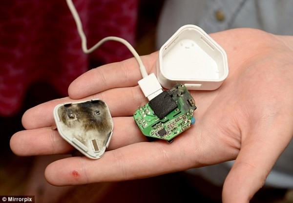 Айфон когда заряжается бьет током