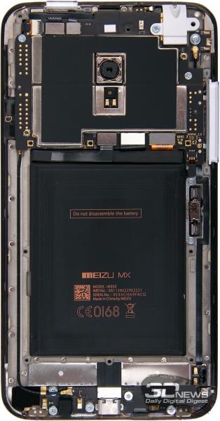 В принципе, в Meizu MX3 поместился бы и более емкий аккумулятор – свободного места внутри корпуса не то чтобы навалом, но есть. Также не очень понятно, почему аккумулятор не сделали съемным