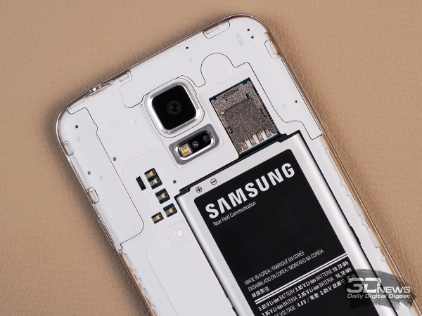 Samsung Galaxy S5: NFC antenna and micro-SIM and microSD slots