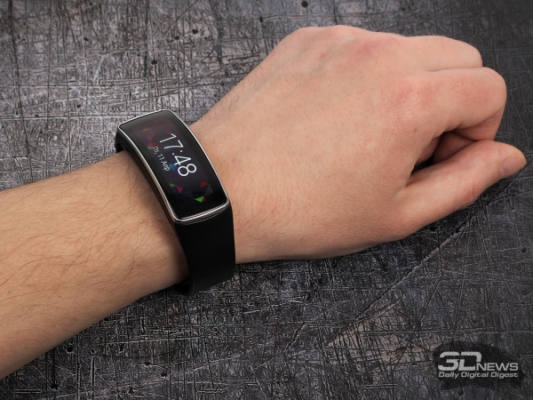 Samsung Galaxy Gear Fit: compact design