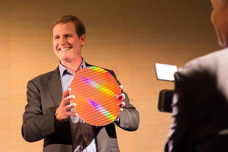 Представитель Intel Адам Кинг демонстрирует пластину с 14-нм чипами