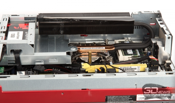 Верхние два винта, прижимающие систему охлаждения к процессору, находятся прямо под чёрным радиатором.