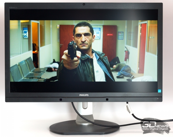 Обычный монитор с соотношением сторон16:9, чёрные полосы на месте.