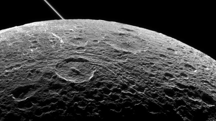 Фото дня: спутник Сатурна Диона большим проектом