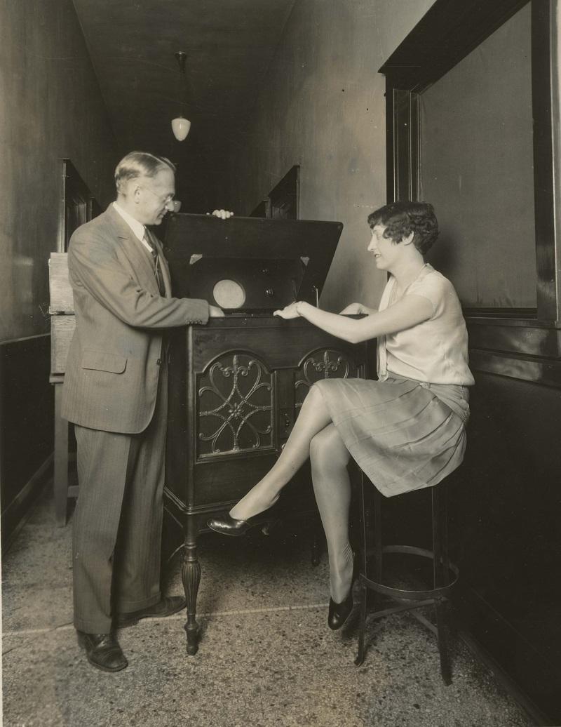 Владимир Зворыкин демонстрирует свой самый первый кинескоп в 1929 году