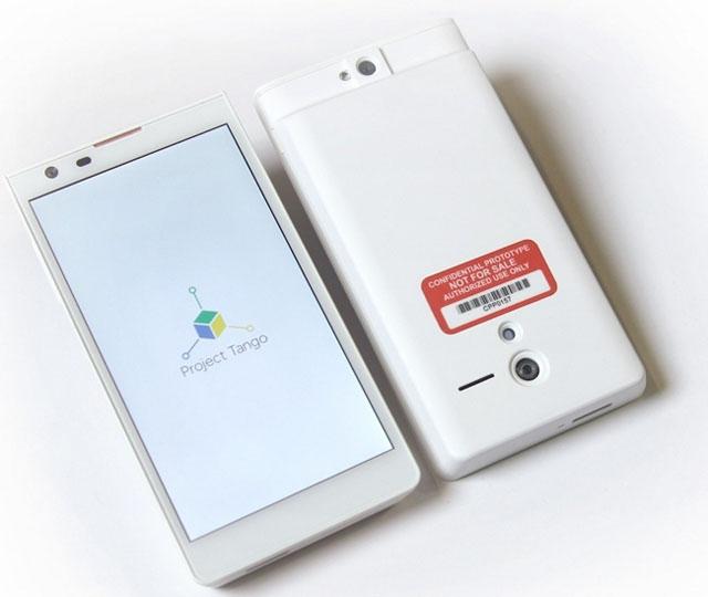 «Смартфон» Google Project Tango (камера определния глубины пространства расположена сразу под этикеткой)
