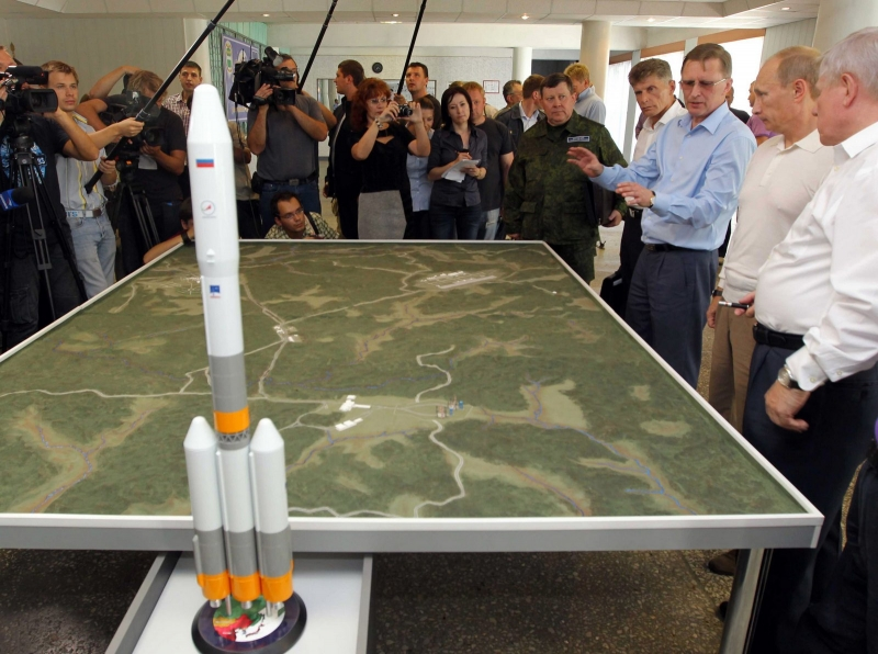 В.В. Путин оценивает макет космодрома Восточный. На переднем плане – макет ракеты-носителя «Русь-М»