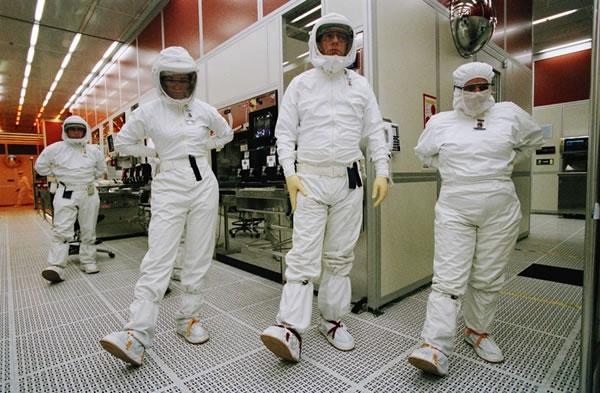 Работники ирландского завода Intel радуются инвестициям в 14-нм линии (Press Photographers Assoc. of Ireland)
