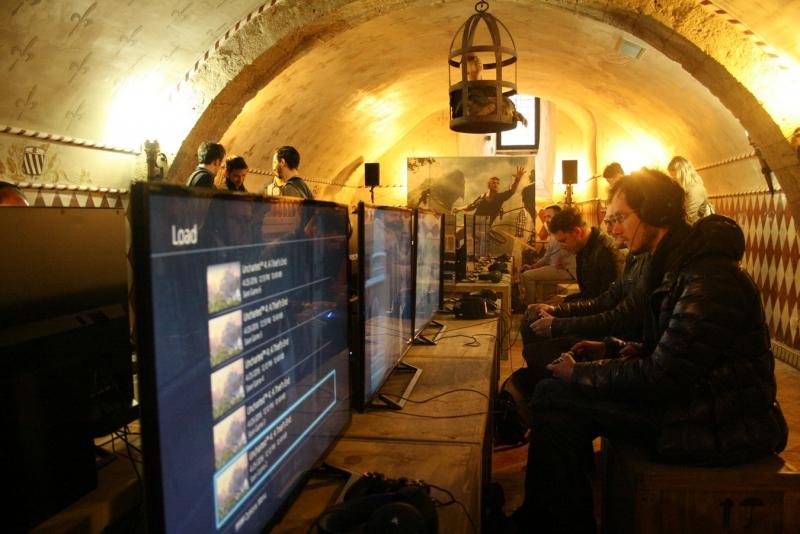 Атмосфера зала с игровыми консолями под стать приключению