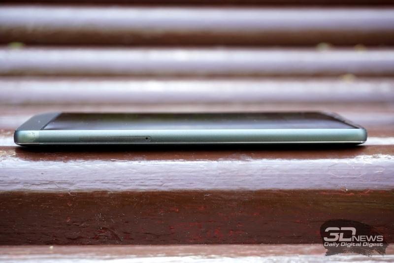 LG G5 se, правая грань: отсек для двух nanoSIM-карт либо одной nanoSIM и карты памяти microSD