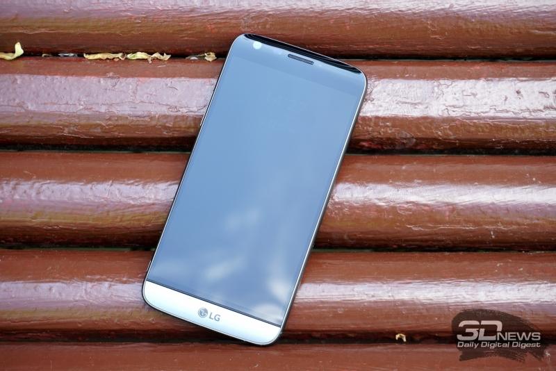 LG G5 se, лицевая панель: над дисплеем расположен разговорный динамик, индикатор состояния, фронтальная камера и датчик освещенности