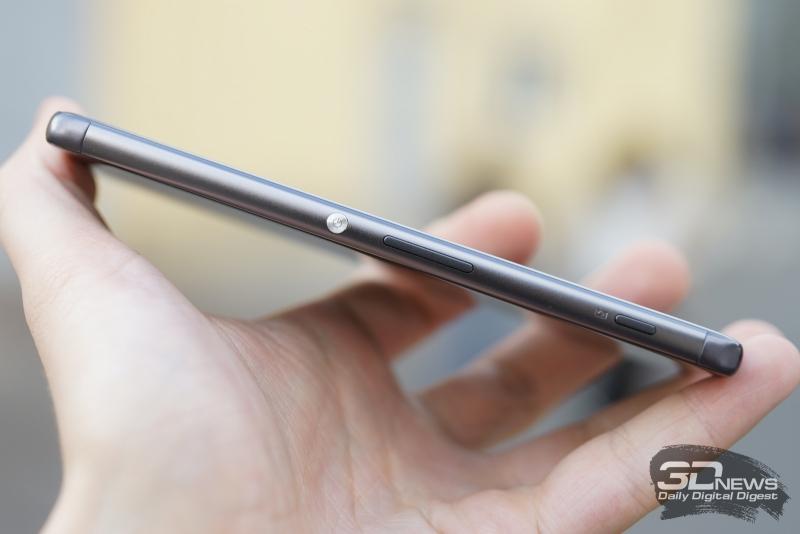 Sony Xperia XA, правая грань: кнопка включения, клавиша регулировки громкости и кнопка активации камеры (она же – кнопка спуска)