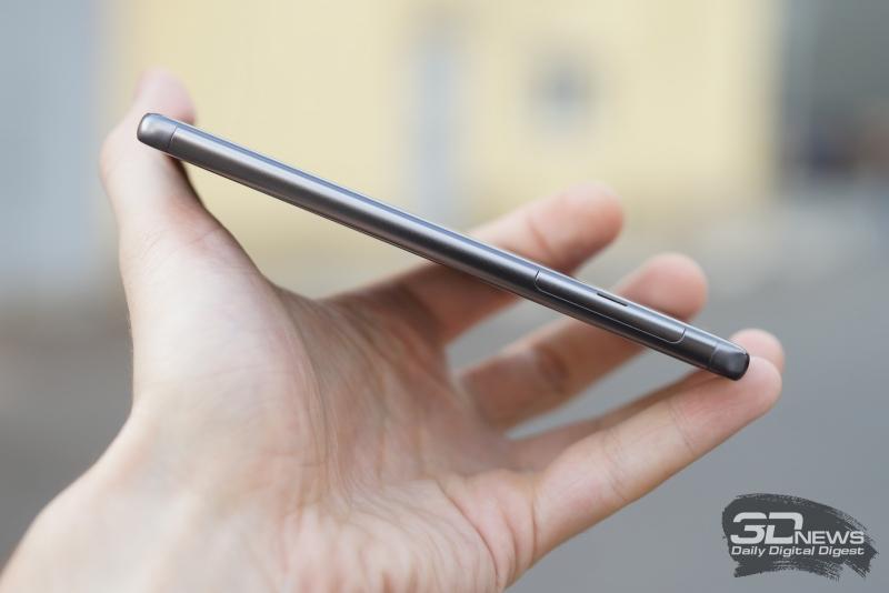 Sony Xperia XA, левая грань: в верхней ее части расположен скрытый под крышкой отсек для SIM-карты и карты памяти