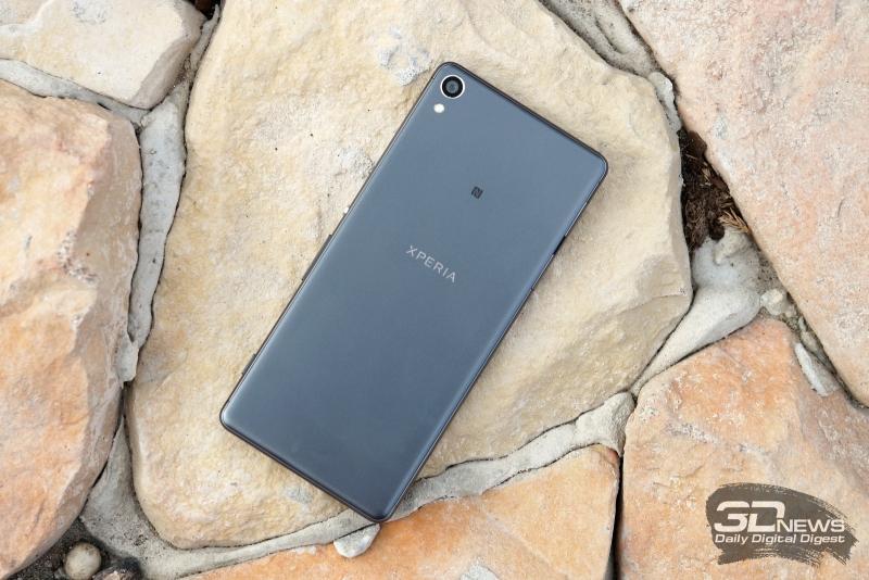 Sony Xperia XA, тыльная панель: в углу – объектив камеры и одинарная светодиодная вспышка