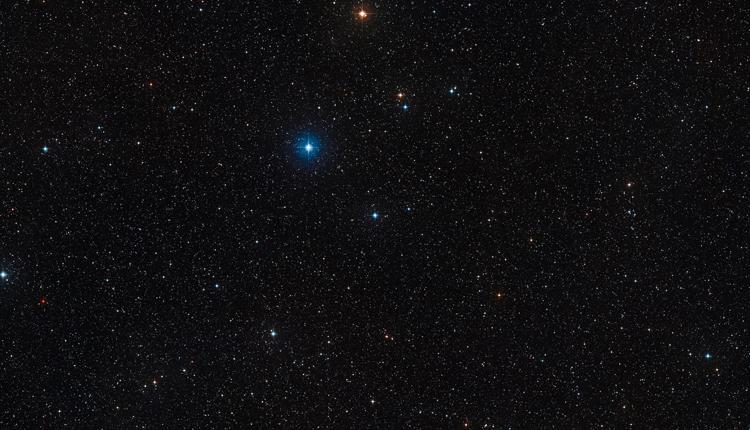 Участок неба вокруг тройной звезды HD 131399