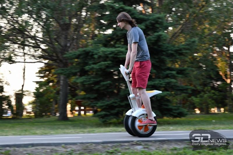 В принципе, на Airwheel A3 можно ездить и стоя – просто неудобно