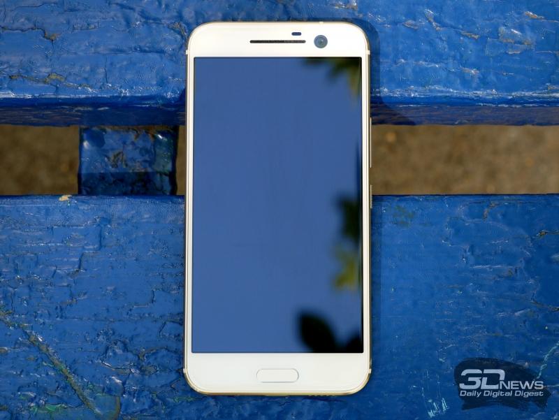 HTC 10, лицевая панель: над дисплеем разговорный динамик, датчик освещенности и крупный объектив фронтальном камеры; под дисплеем – клавиша Home с встроенным в нее сканером отпечатков пальцев, а также сенсорные клавиши «Назад» и вызова списка открытых программ