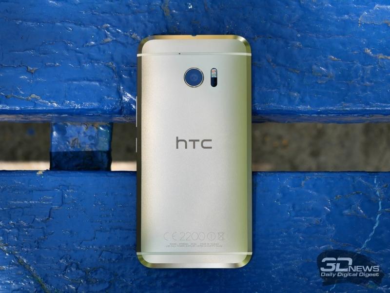 HTC 10, задняя панель: сверху – выступающий над корпусом объектив основной камеры и блок с двойной светодиодной вспышкой и лазером подсветки автофокуса; над ними – дополнительный микрофон, вписанный в блок антенны