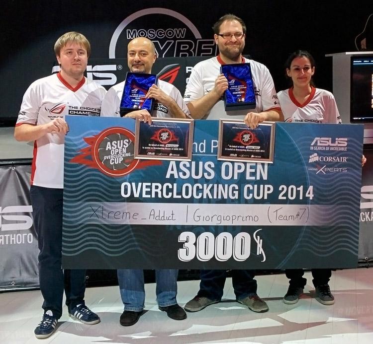 slamms вручает 2-й приз AOOC 2014 дуэту giorgioprimo и Xtreme Addict (третий слева), фото BenchIT.kz