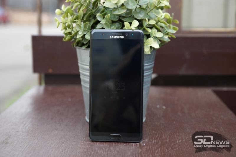 Samsung Galaxy Note 7, лицевая панель. Над экраном: разговорный динамик, фронтальная камера, датчики освещения и приближения, инфракрасная камера распознавания радужки, а также индикатор состояния. Под экраном: кнопка «Домой» со сканером отпечатка и сенсорные клавиши «Назад» и вызова списка открытых приложений