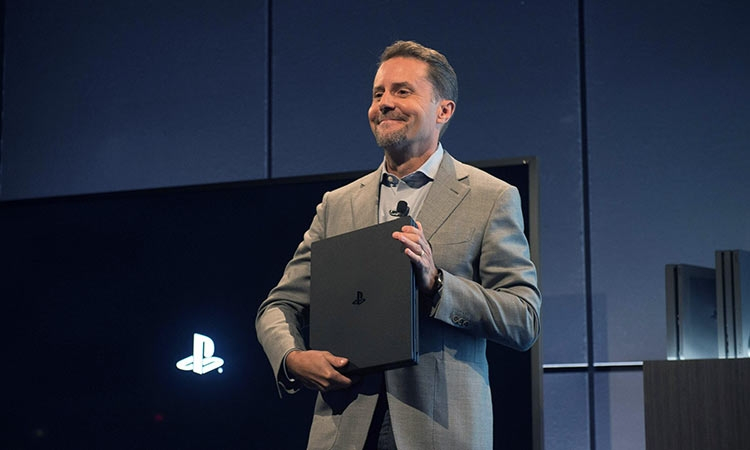 Андрю Хаус во время анонса PS4 Slim и PS4 Pro в Нью-Йорке (Bryan R Smith/AFP)