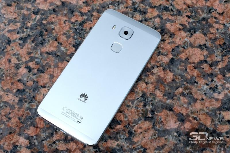 Huawei nova plus, тыльная панель: камера, датчик отпечатков пальцев и двойная светодиодная вспышка