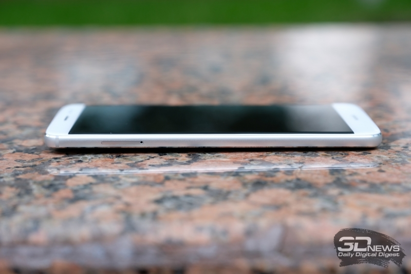 Huawei nova plus, левая грань: слот для SIM-карт и карты памяти microSD