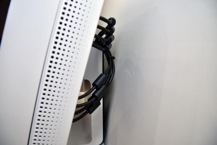 Для вывода монитора на рабочий режим потребовалось сразу четыре кабеля DP