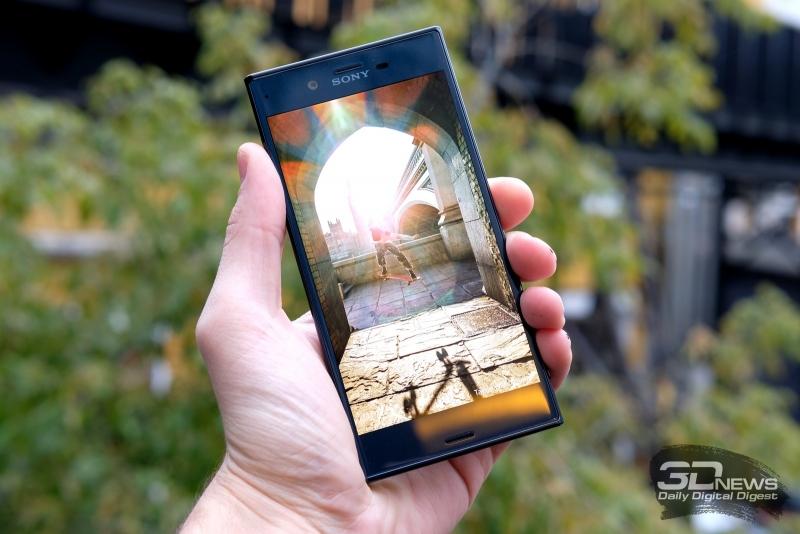 Sony Xperia XZ в руке