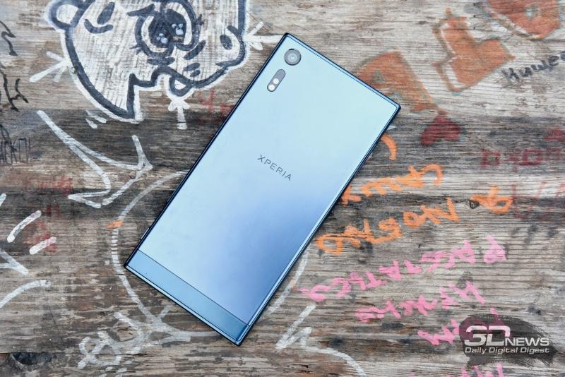 Sony Xperia XZ, тыльная панель: в левом верхнем углу – камера, под ней – светодиодная вспышка, ИК-датчик и блок лазерной подсветки фокусировки
