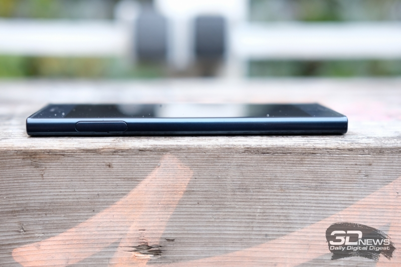 Sony Xperia XZ, левая грань: слот для nano-SIM-карт и/или карты памяти microSD