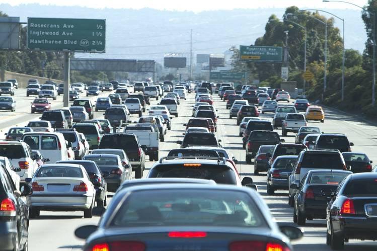Траффик на 405 автостраде близ Лос-Анджелеса (Getty Images/iStockphoto)