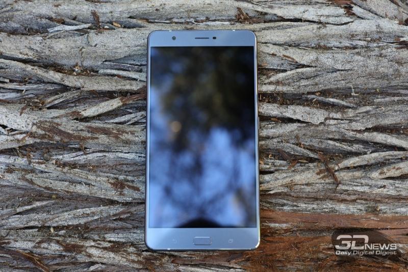 ASUS Zenfone 3 Ultra, лицевая панель: над дисплеем – объектив фронтальной камеры, разговорный динамик, датчик освещения и индикатор состояния; под дисплеем – механическая клавиша «Домой» со встроенным датчиком отпечатков пальцев и две сенсорные клавиши – «Назад» и вызова меню открытых приложений