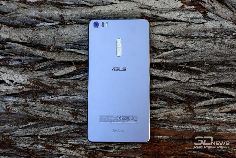 ASUS Zenfone 3 Ultra, тыльная панель: в углу – объектив основной камеры с тройной светодиодной вспышкой и блоком лазерной подсветки автофокуса, по центру – клавиша регулировки громкости