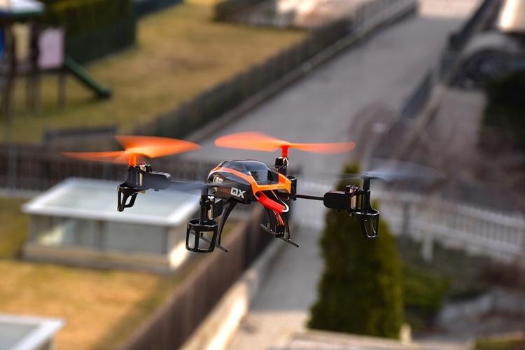 Полёт дрона над жилым кварталом