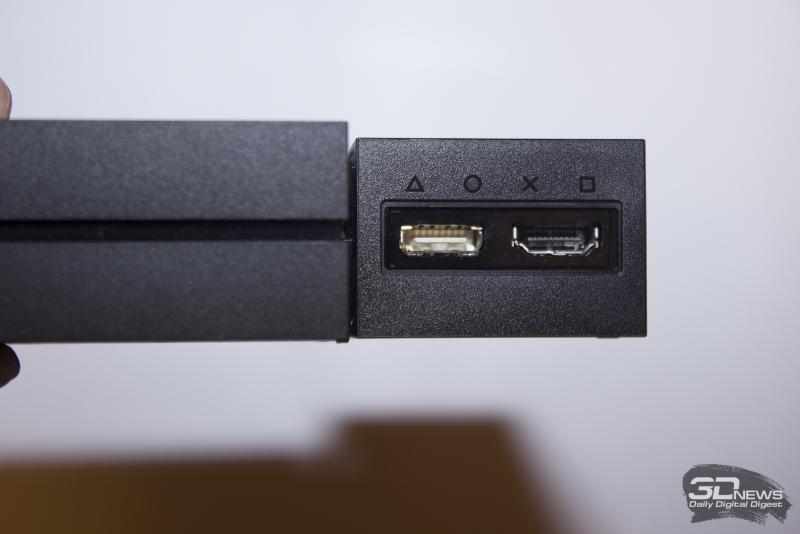 Разъемы обозначены символами кнопок контроллера DualShock 4. На подключаемых в эти разъемы кабелях такая же маркировка. Мелочь, а выглядит интересно
