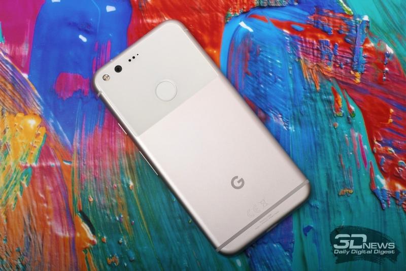 Google Pixel, тыльная панель: в левом верхнем углы мы видим объектив камеры, двойную светодиодную вспышку, окошки лазерного автофокуса и микрофон; по центру стеклянной вставки находится дактилоскопический сенсор Pixel Imprint