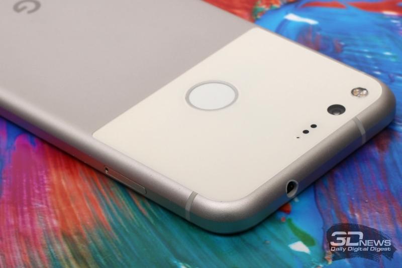 Google Pixel, стеклянная вставка на задней панели. Обратите внимание также на пластиковые вставки