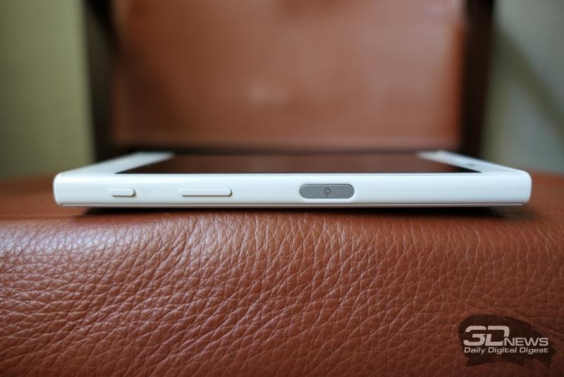 Sony Xperia X Compact, правая грань: клавиша включения со встроенным сканером отпечатков пальцев, клавиша регулировки громкости и кнопка активации/спуска камеры