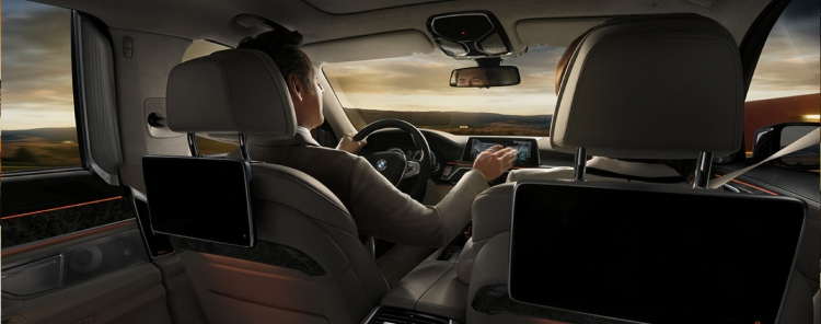 Интерьер BMW 7-series шестого поколения.