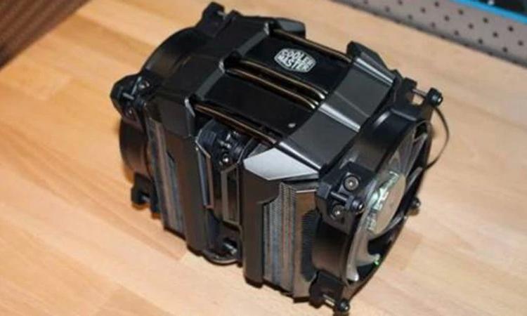 Новая версия кулера стала существенно шире из-за третьего вентилятора