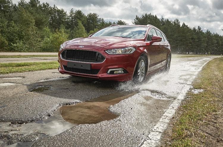 Автомобили Ford предупредят водителей о ямах на дорогах