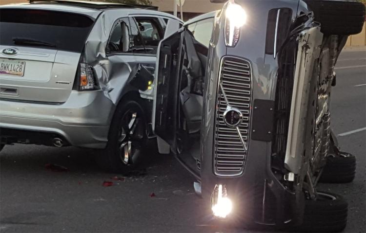 Робомобиль Uber перевернулся, попав в аварию в Аризоне
