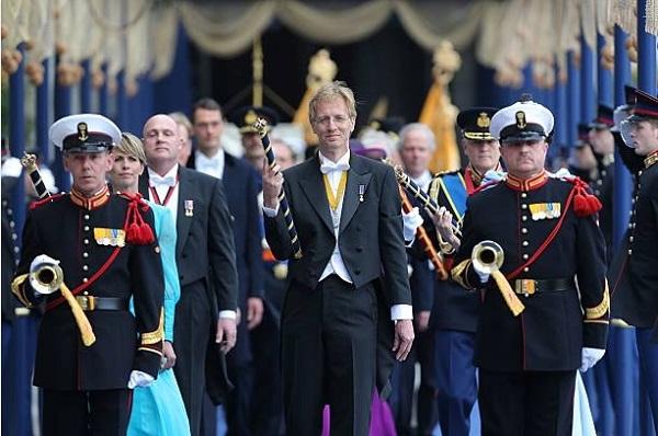 Церемония восхождения на престол нового короля Нидерландов. Человек с жезлом во главе процессии – струнный физик-теоретик Роберт Дейкграаф, президент национальной академии наук в 2008-2012 гг.