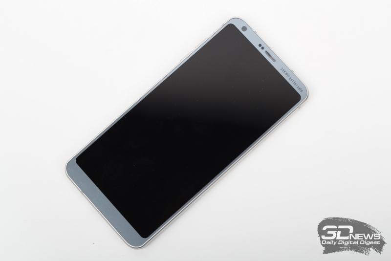 LG G6, лицевая панель: над дисплеем расположен разговорный динамик, индикатор состояния, фронтальная камера, датчики приближения и освещенности