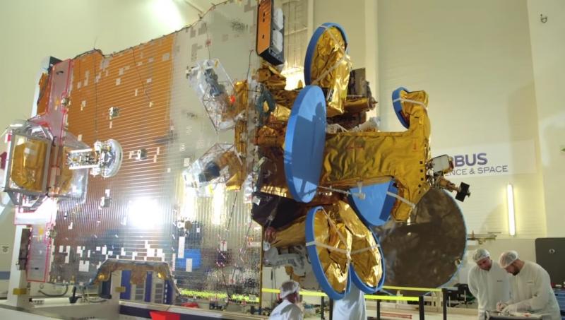 Спутник SES-10 стартовой массой 5282 кг перед установкой на ракету. Фото SES S.A.