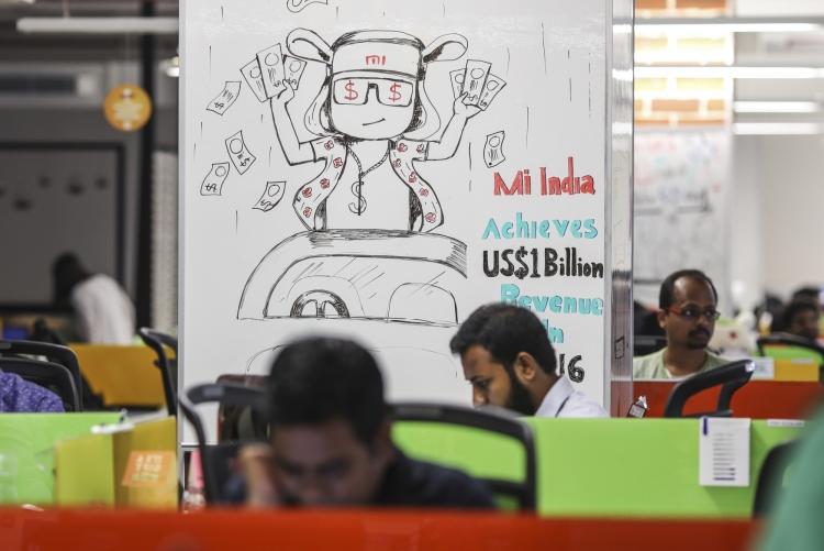 Сотрудники Xiaomi за работой в индийском офисе компании, фото : bloomberg.com