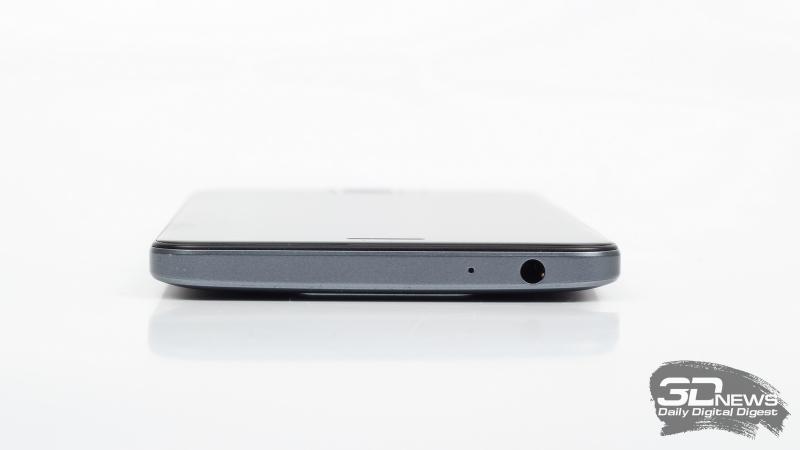 ZTE Blade V8, верхняя грань: миниджек (3,5 мм) для наушников/гарнитуры и микрофон