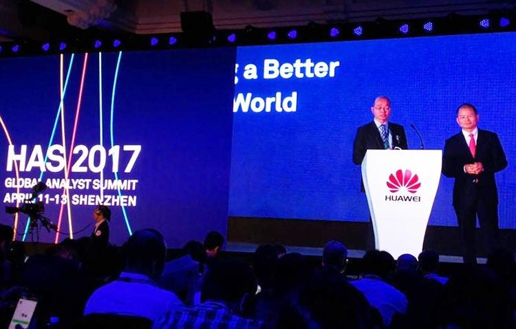 Справа — исполнительный директор Huawei Эрик Сюй (Eric Xu) на Huawei Analyst Summit 2017