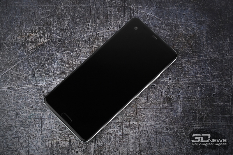 HTC U Ultra, лицевая панель: над дисплеем – второй экран, фронтальная камера, разговорный динамик, датчики приближения и освещенности, а также дополнительный микрофон; под дисплеем – сенсорная клавиша «Домой» и клавиши возврата на предыдущий экран и вызова меню открытых приложений